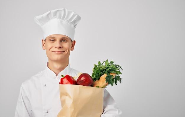 Chef con un pacchetto di cibo in un ristorante professionale di preparazione del cibo