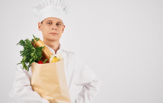 Chef con un pacchetto di cibo nel ristorante professionale di preparazione del cibo