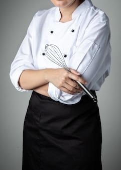Chef con ingrediente per la miscelazione di alimenti per pasticceria strumento di frusta