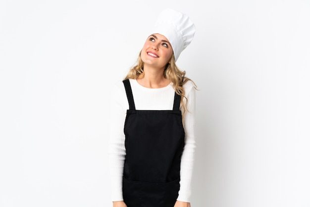Chef donna in un grembiule nero e un cappello