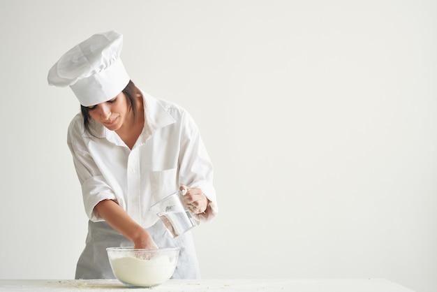 Chef che lavora con la pasta di farina rendendo il servizio di cucina professionale