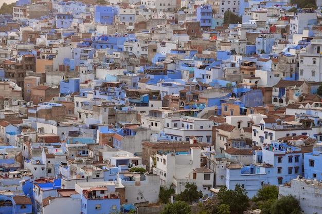 Vista blu della città del marocco africa della città di chefchaouen durante il tramonto
