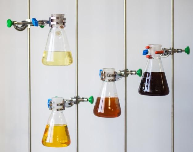 Liquido chimico in diversi coni di becher