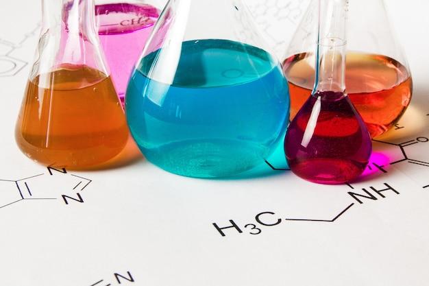 Tubo chimico con sfondo formula di reazione