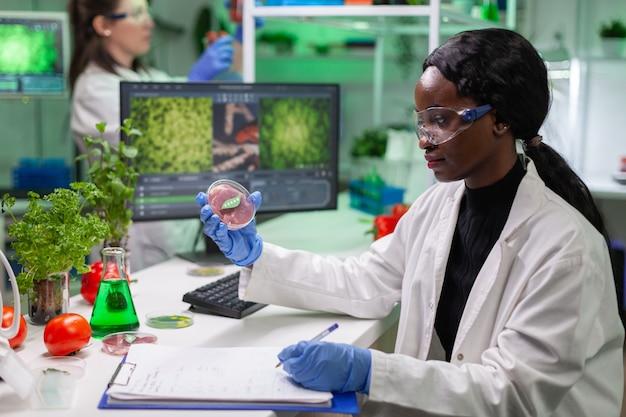 Donna chimica che analizza carne di manzo vegana per esperimenti di biochimica
