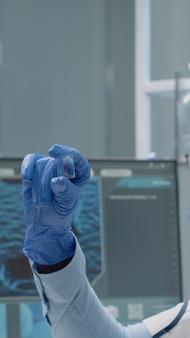 Specialista di chimica che analizza il campione di sangue su vetro
