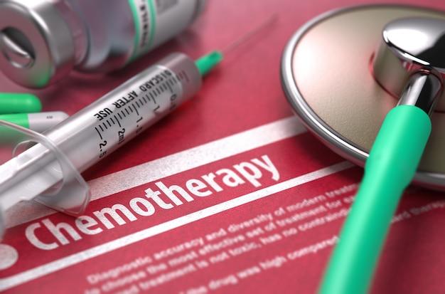 Chemioterapia - diagnosi stampata su sfondo rosso con testo sfocato e composizione di pillole