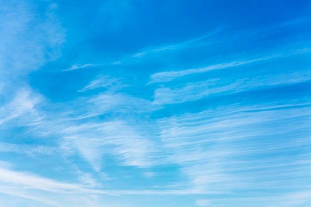 Tracce di scie chimiche su un cielo azzurro in una giornata di sole. spruzzatura da aereo. spazio per il testo.