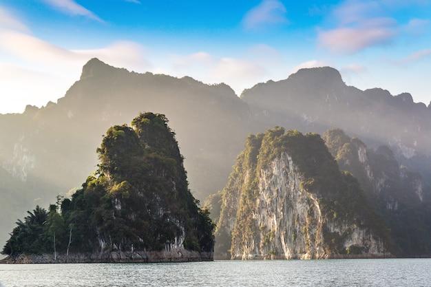 Lago cheow lan, parco nazionale di khao sok in thailandia