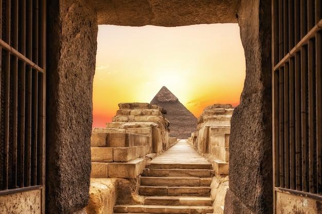 Tempio di chefren e la piramide di chefren, giza, egitto.