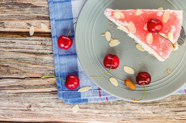 Cheesecake alla ciliegia su un piatto di grigio in una vista dall'alto ravvicinata