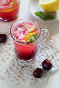 Bevanda alla ciliegia con ghiaccio e limone