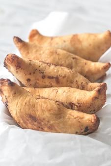 Empanadas ciliegia su carta da forno bianca