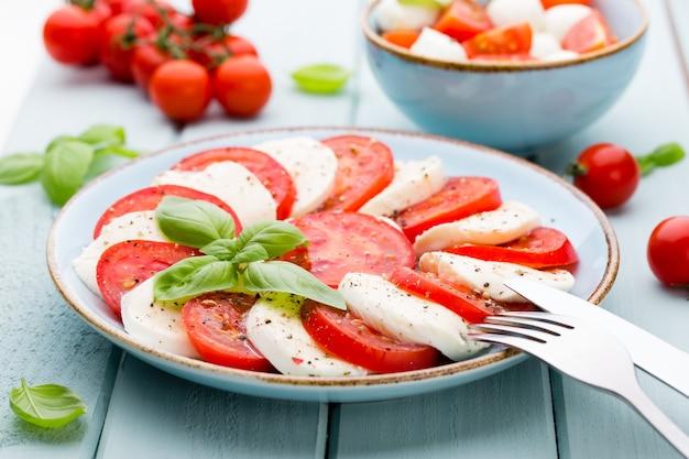 Pomodorini, mozzarella ed erbe aromatiche sul piatto