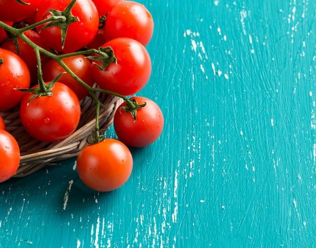 Pomodorini su sfondo turchese