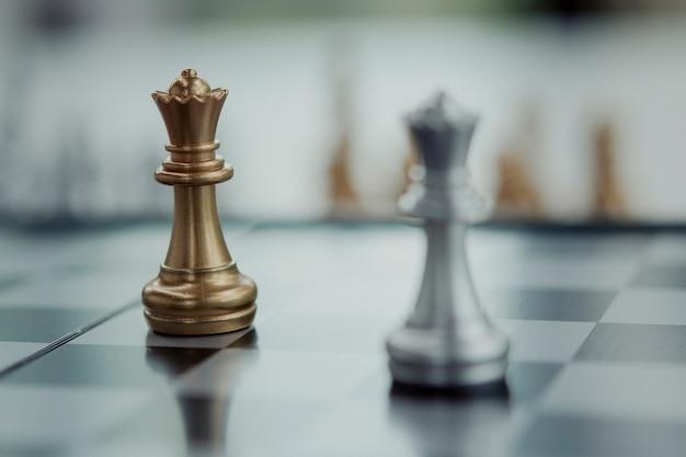 Scacchi gioco da tavolo concetto di business concorrenza, messa a fuoco selettiva sui pezzi degli scacchi, concetto di business di scacchi, leader e successo.