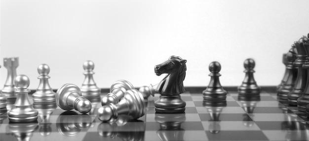 Concetto di gioco da tavolo di scacchi di idee imprenditoriali e concorrenza e concetto di strategia e denaro finanziario
