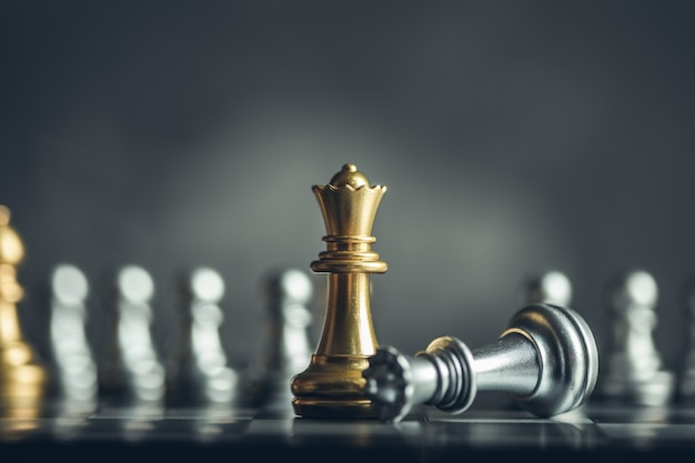 Gioco da tavolo di scacchi per idee, concorrenza e strategia, concetto di successo aziendale