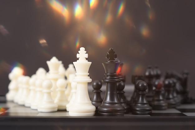 Gioco di scacchi per idee, concorrenza e strategia, concetto di successo aziendale
