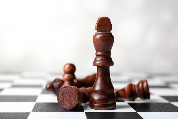 Scacchiera con pezzi degli scacchi