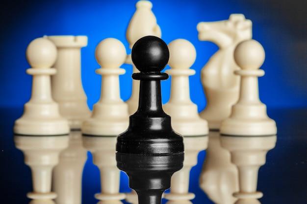 Figure di scacchi sul nero con retroilluminazione blu