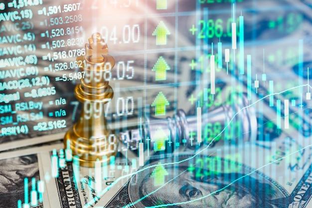 Gioco di scacchi sulla scacchiera dietro il fondo dell'uomo d'affari. concetto di business per presentare informazioni finanziarie e analisi della strategia di marketing. obiettivo di investimento nell'economia globale e nel commercio digitale.