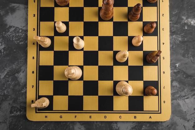Pietre del gioco degli scacchi sul tabellone