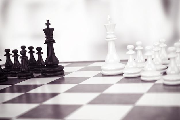 Partita a scacchi con pedine bianche e nere
