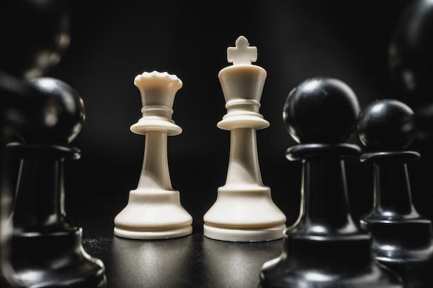 Partita a scacchi con pezzi degli scacchi su sfondo nero da vicino