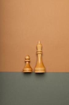 Pedone degli scacchi e re sulla vista superiore del fondo piatto