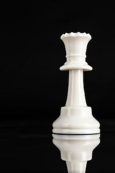 Parte del pezzo degli scacchi in su sul nero. concetto di leadership