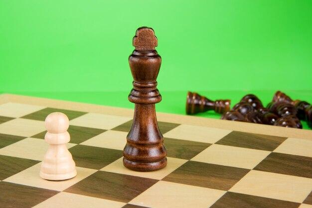 Pezzo degli scacchi isolato sulla parete verde