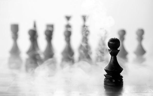 Pezzo degli scacchi pedone a bordo su sfondo bianco