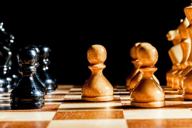 Pezzi degli scacchi su sfondo nero