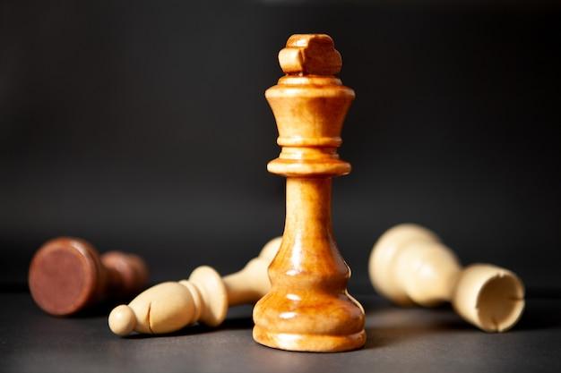 Pezzi degli scacchi su una scena oscura