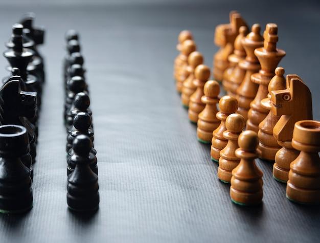 Pezzi degli scacchi montati su una superficie nera !!!