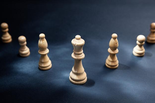 Pietre degli scacchi sullo sfondo scuro