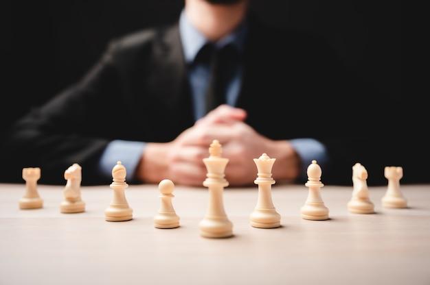 Strategia di scacchi per la leadership aziendale e la squadra nel concetto di successo, competizione per il leader del gioco con la sfida del potere del lavoro di squadra, pezzo di pedina che gioca a bordo, intelligenza della vittoria della scacchiera