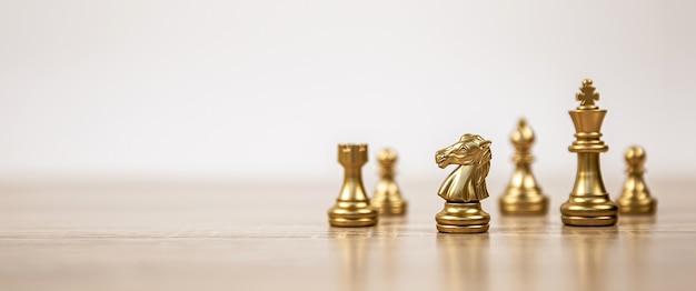 Squadra di scacchi in piedi sul tabellone.