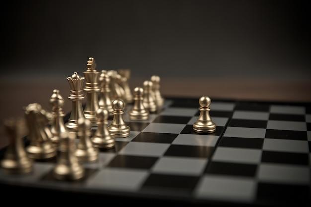 Scacchi usciti dalla linea, concetto di business piano strategico e gestione del lavoro di squadra.