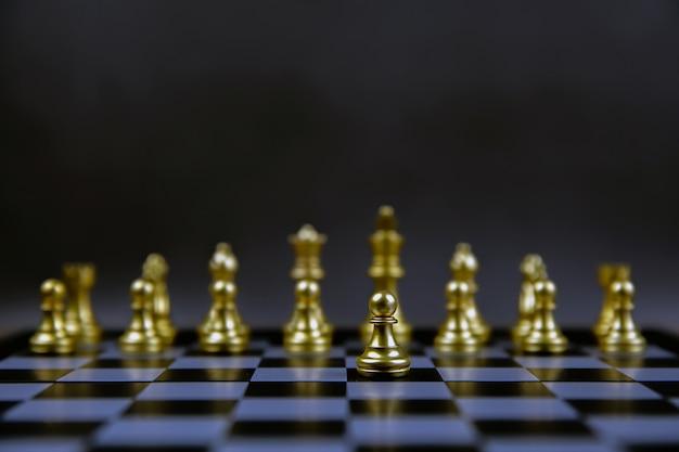 Scacchi usciti dalla linea concetto di leadership e piano strategico aziendale.