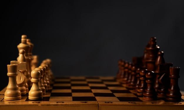 Scacchiera con pezzi degli scacchi all'inizio o iniziare su grigio con spazio di copia.
