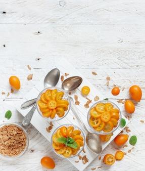 Semifreddo al budino di chia, a strati con kumquat e muesli