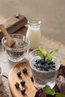 Budino di chia con frutti di bosco freschi e latte di mandorle. concetto di superfood. dieta vegana, vegetariana e sana con prodotti biologici