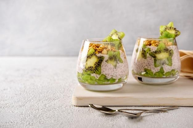 Budino di chia con kiwi su sfondo grigio. alimentazione sana, superfood. vista del primo piano.