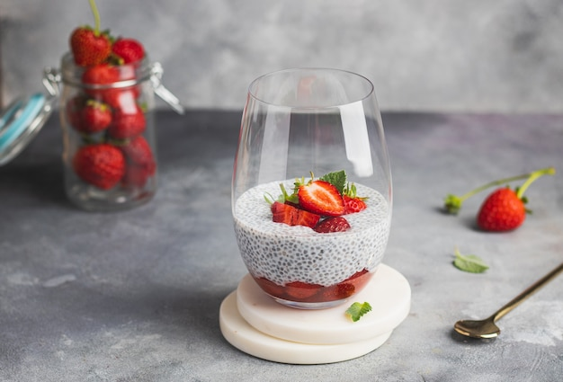 Budino di chia con fragole e menta nel bicchiere