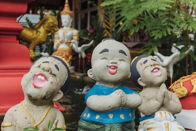 Chiang mai, thailandia - 10 giugno 2016: piccole statue cantanti al wat chedi luang