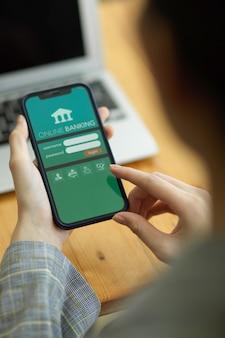 Chiang mai, thailandia- sep09,2021: schermata dell'applicazione bancaria online sul telefono cellulare intelligente utilizzato dalla donna, accedi per l'utilizzo del servizio di trasferimento di denaro online Foto Premium