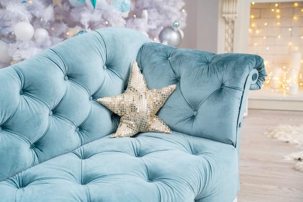 Elegante divano turchese con cuscino in paillettes a forma di stella
