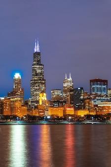 Lato del fiume di paesaggio urbano di chicago lungo il lago michigan a bello tempo crepuscolare